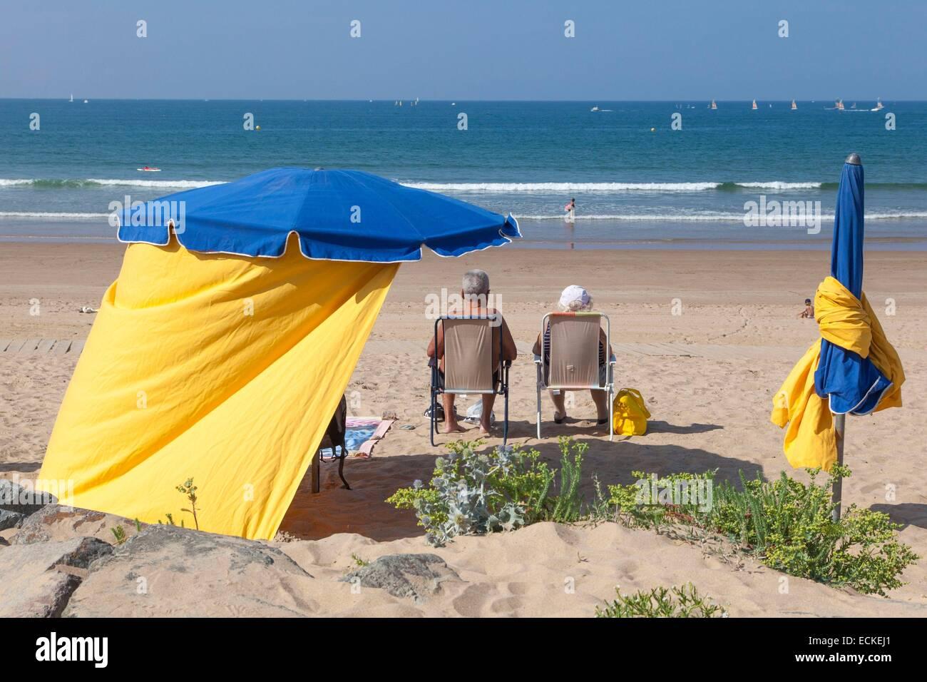 France, Vendee, Saint Gilles Croix de Vie, canvas tents on the main beach - Stock Image