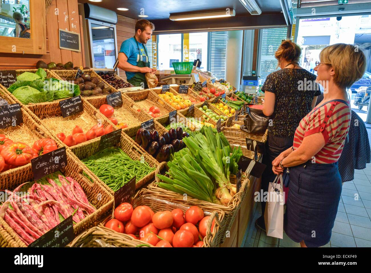France, Herault, Montpellier, Halle Halls Castellanes, womens making their shopping in front of a stall of fruits - Stock Image