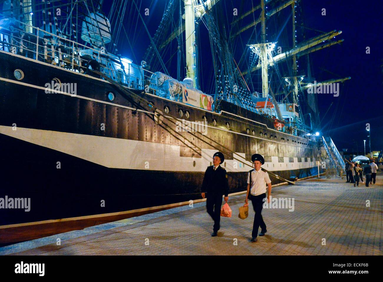 France, Herault, Sete, Escale a Sete Festival, Quay of Algiers, young sailors in front of the sailboat Russian Kruzenstern - Stock Image