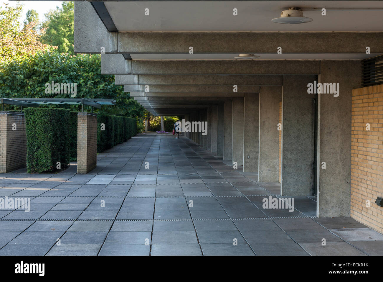 Covered walkway around the quadrangle, St Catherine's College, Oxford, built in 1962 and designed by Arne Jacobsen. - Stock Image
