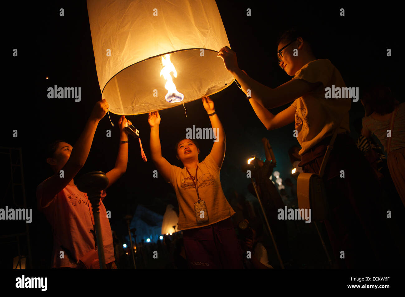 CHIANG MAI, THAILAND - OCTOBER 25, 2014: Group of young Thai people launch a sky lantern on the night of the Yee - Stock Image