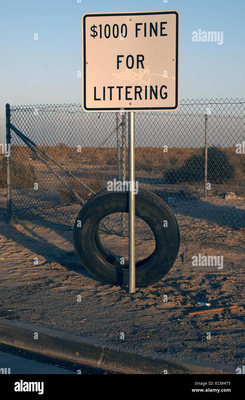 $1000 fine for littering sign, San Joaquin Valley, California - Stock Image