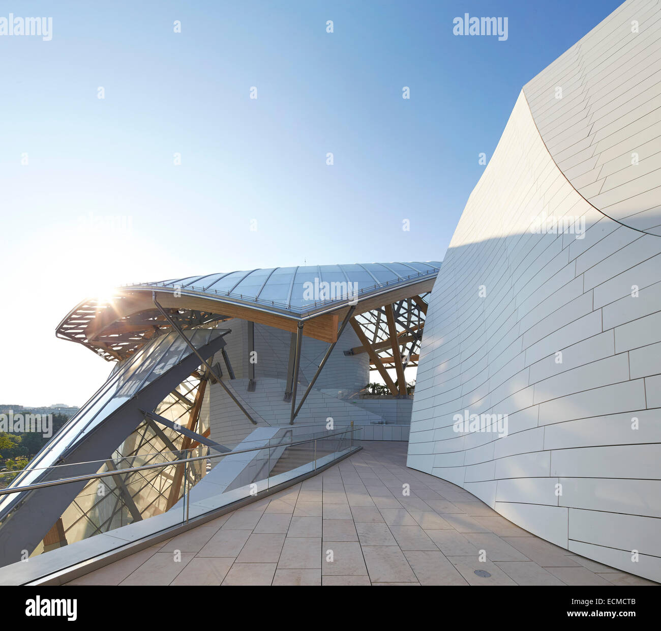 Fondation Louis Vuitton, Paris, France. Architect: Gehry Partners LLP, 2014. Upper terrace walkway with view to Bois de Boulogne Stock Photo
