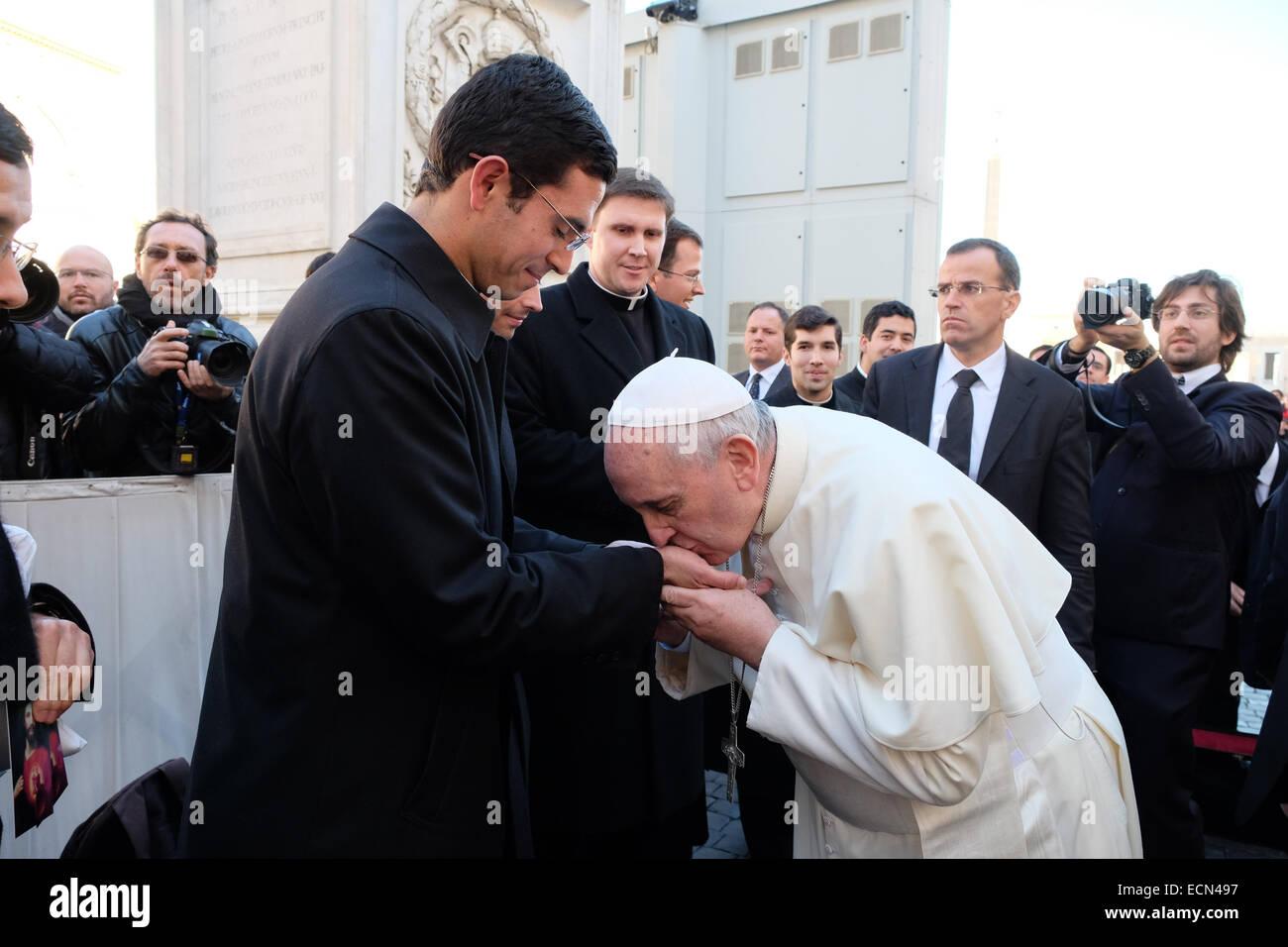 Vidéo : Le Pape François ne laisse personne embrasser sa bague ! Surprenant ! St-peters-square-vatican-city-17th-dec-2014-pope-francis-kiss-the-ECN497