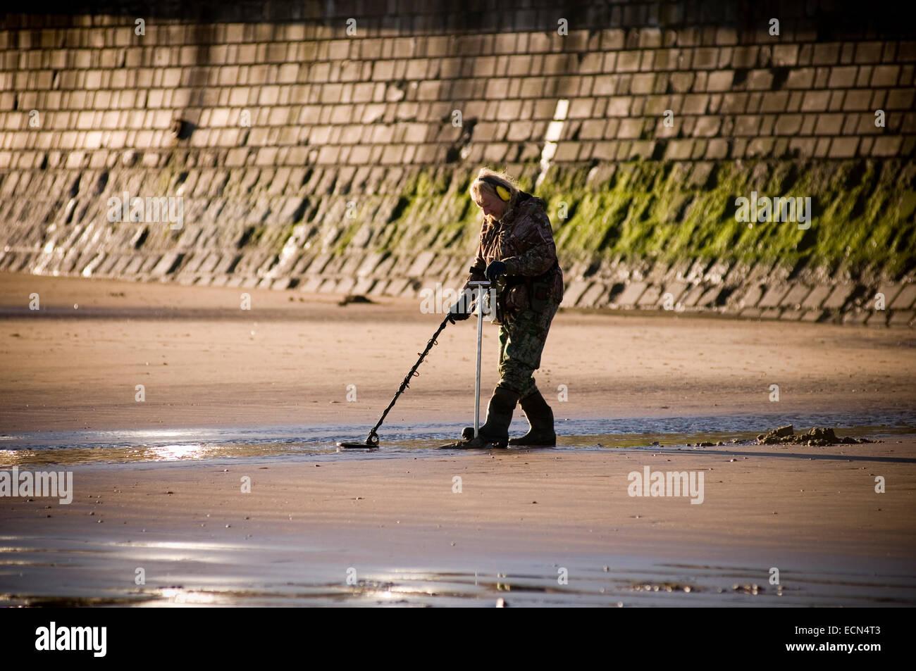 detectors metaldetector metaldetectors hunting dig digging up lost buried detecting beach beaches combing man comber - Stock Image