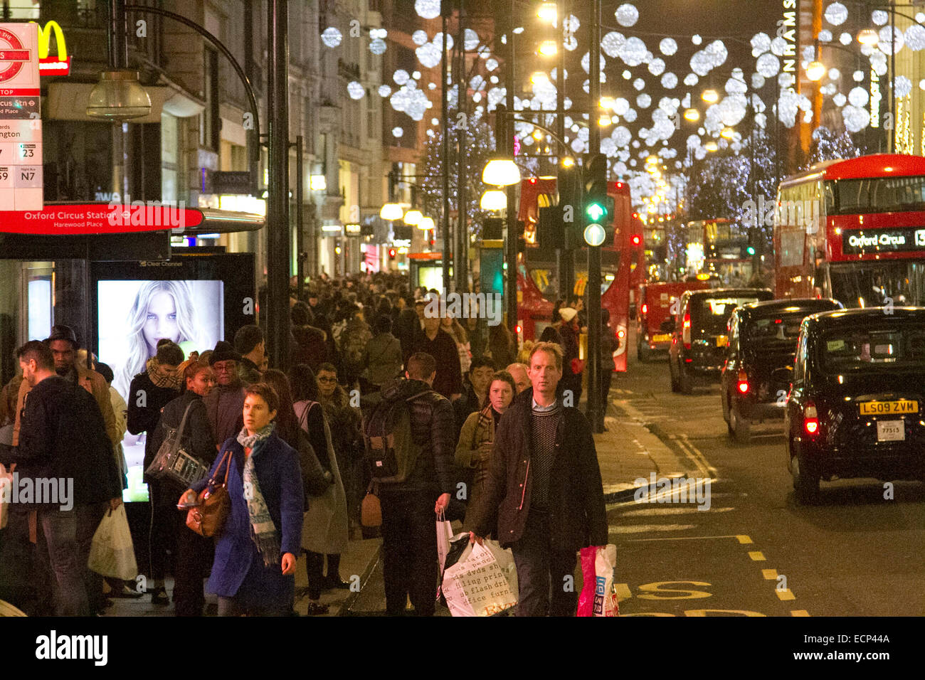 London, UK. 17th Dec, 2014. Oxford street is busy with Christmas shoppers with a week left until the Christmas holidays - Stock Image