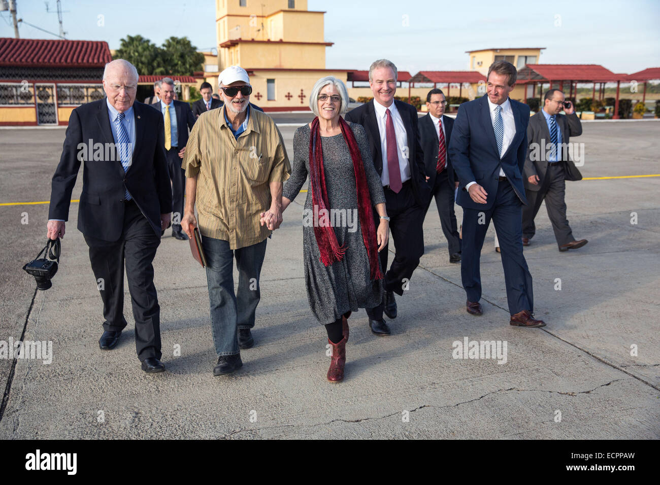 Havana, Cuba. 17th Dec, 2014. Photo provided by the White House shows U.S. contractor Alan Gross (2nd L Front) holding - Stock Image