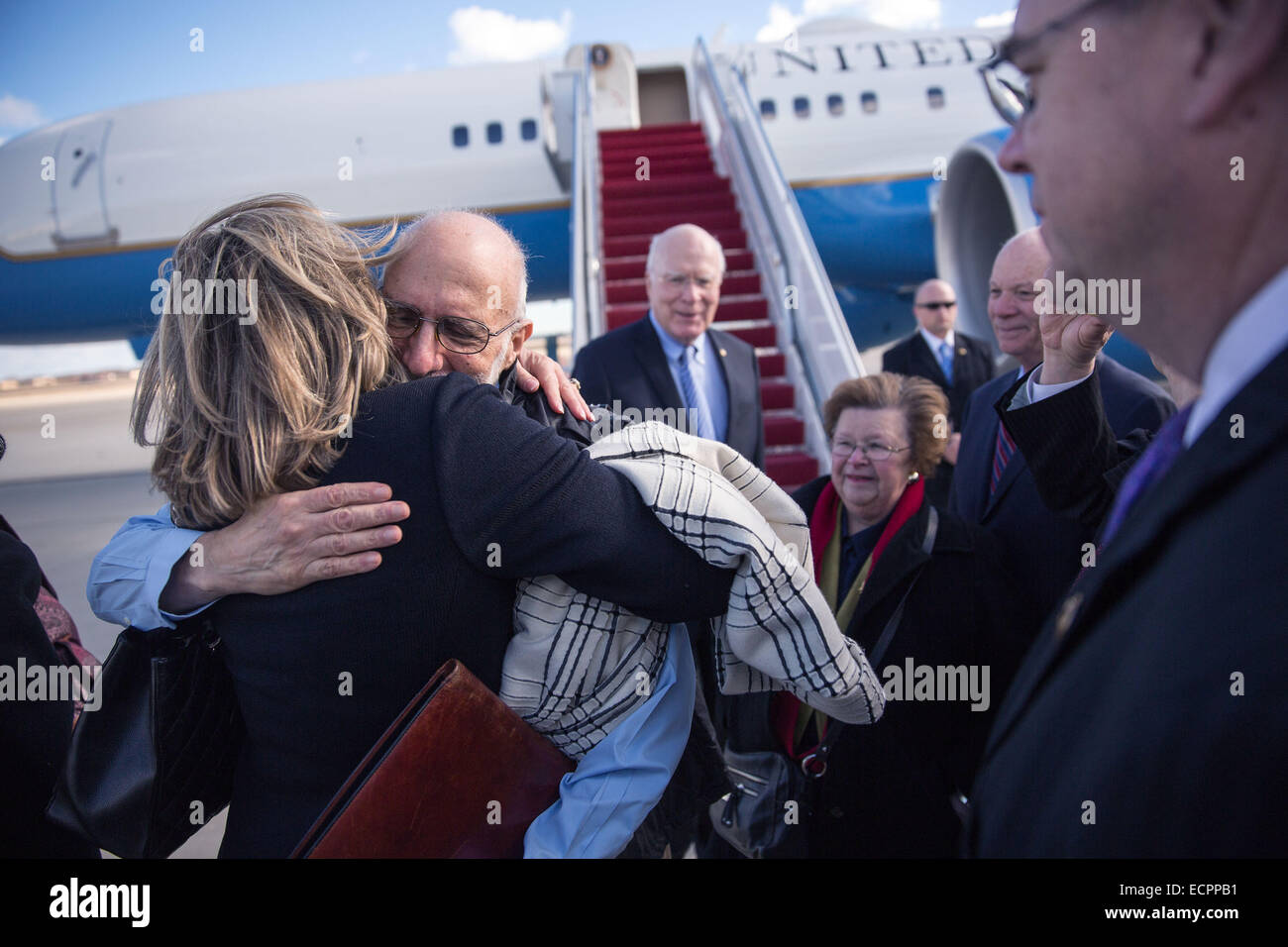 Maryland, USA. 17th Dec, 2014. Photo provided by the White House shows U.S. contractor Alan Gross (2nd L) arriving - Stock Image