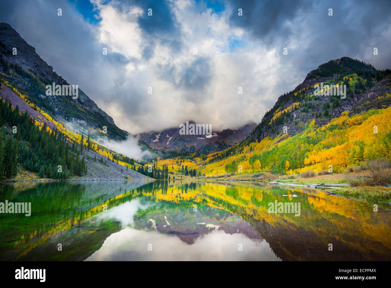 The Maroon Bells are two peaks in the Elk Mountains, Maroon Peak and North Maroon Peak, separated by about a third - Stock Image