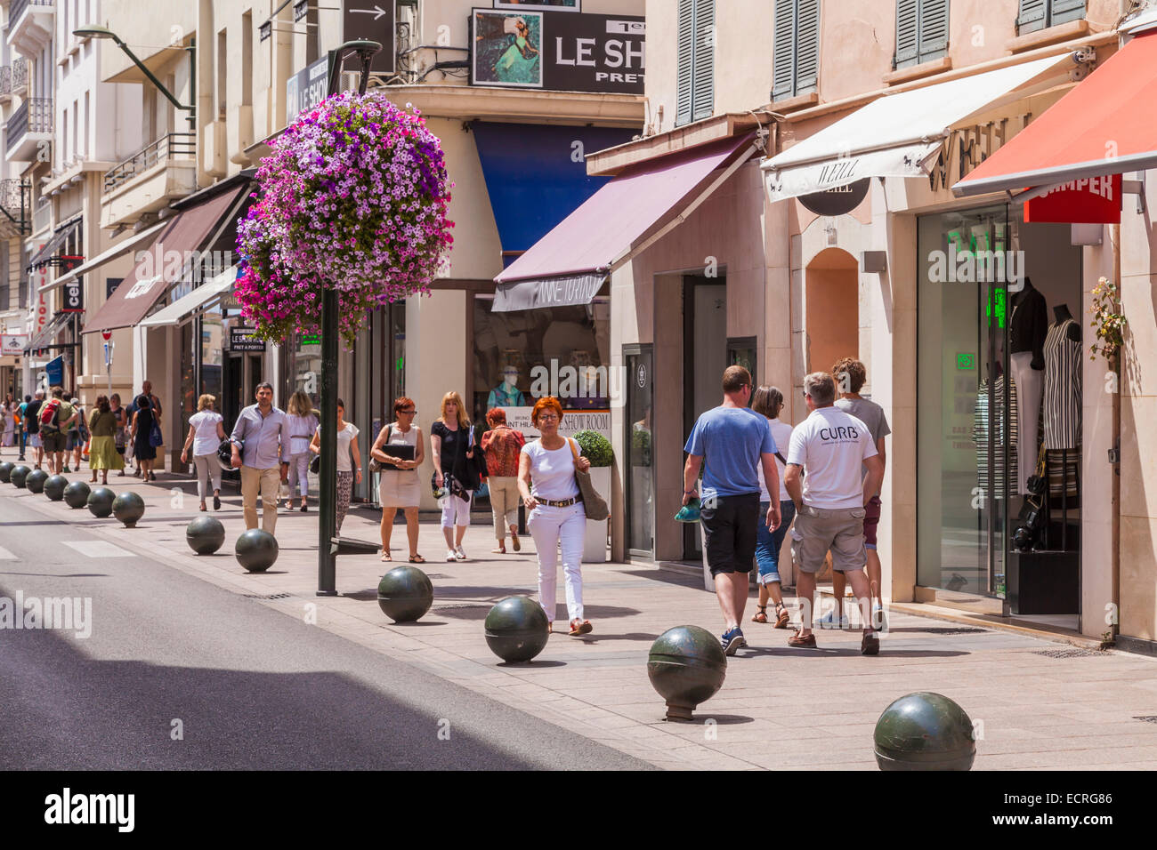 SHOPS, PEOPLE SHOPPING, RUE D'ANTIBES, SHOPPING STREET, CANNES, COTE D'AZUR, PROVENCE, FRANCE - Stock Image