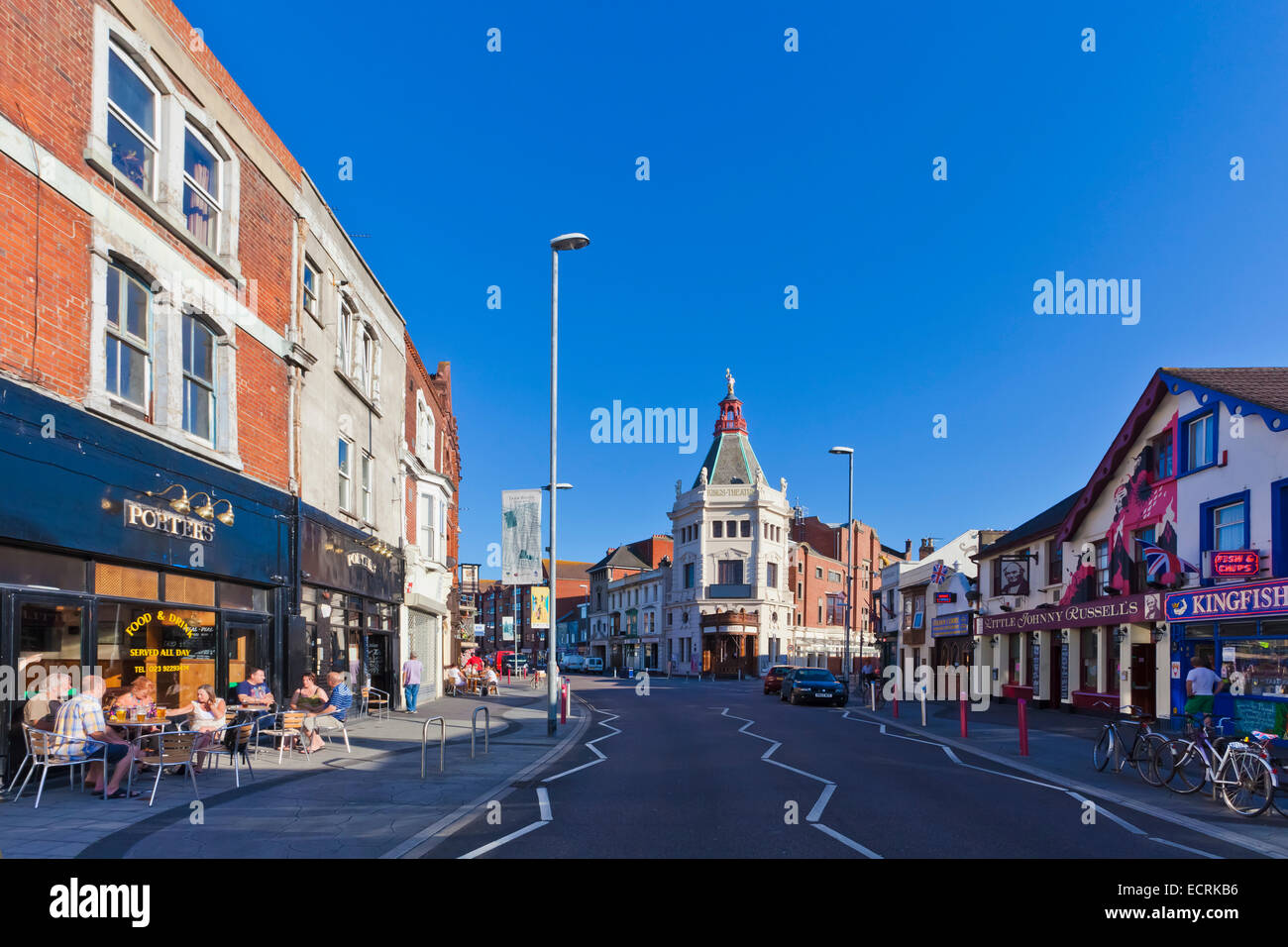SHOPS AND PUBS AT ALBERT ROAD, SOUTHSEA QUARTER, PORTSMOUTH, HAMPSHIRE, ENGLAND, GREAT BRITAIN - Stock Image