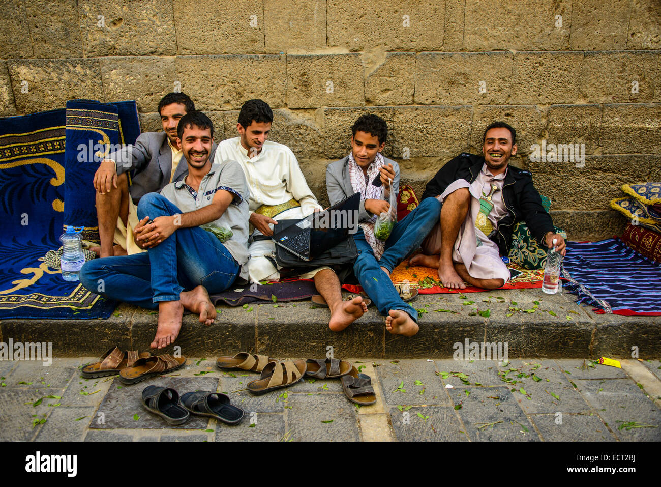 Men sitting in front of a house in the old city, Sana'a, Yemen - Stock Image