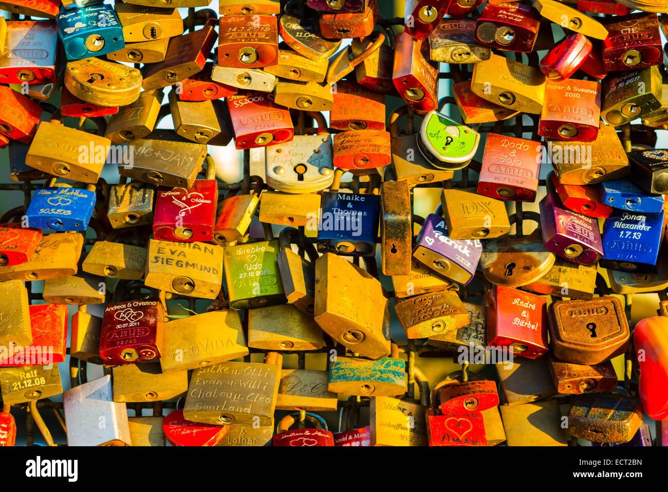 Love locks, symbols of love and loyalty, Hohenzollern Bridge, Cologne, Rhineland, North Rhine-Westphalia, Germany - Stock Image