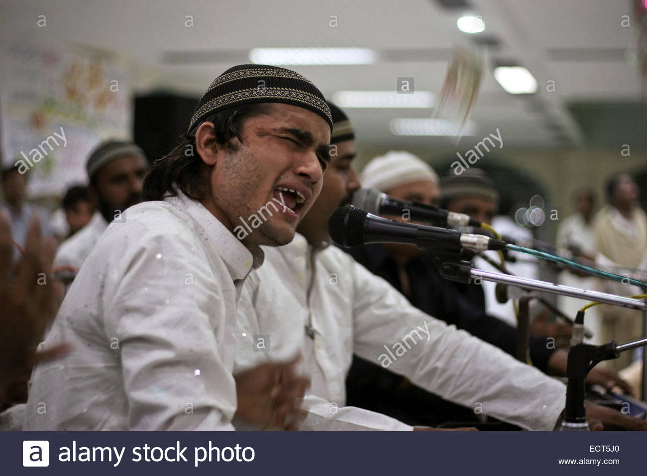 Qawwali concert in Data Durbar shrine of Persian Sufi Abul Hassan Ali Ibn Usman al-Jullabi al-Hajvery al-Ghaznawi - Stock Image