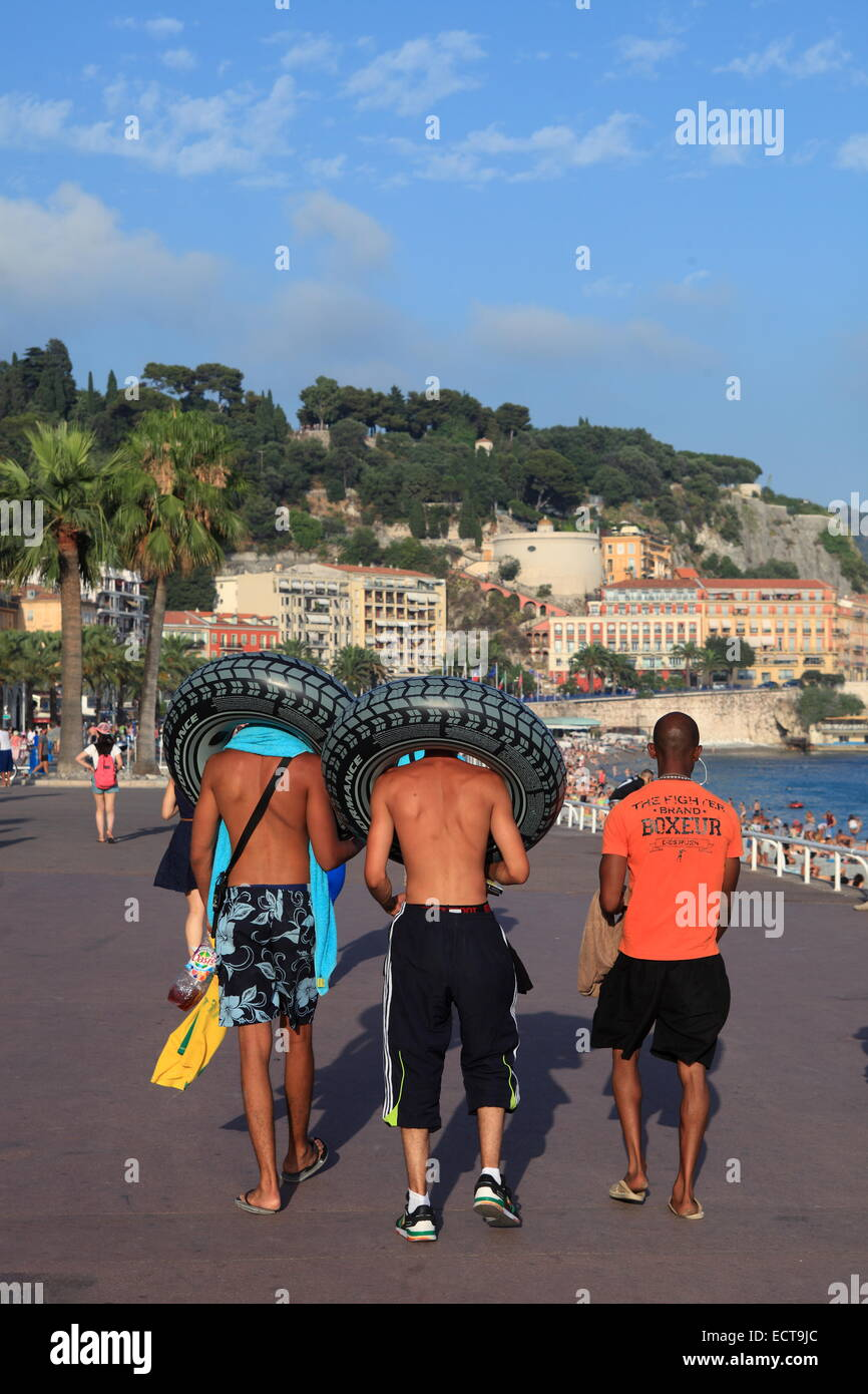 Teenagers walking on the Promenade des Anglais in the city of Nice, French Riviera - Stock Image