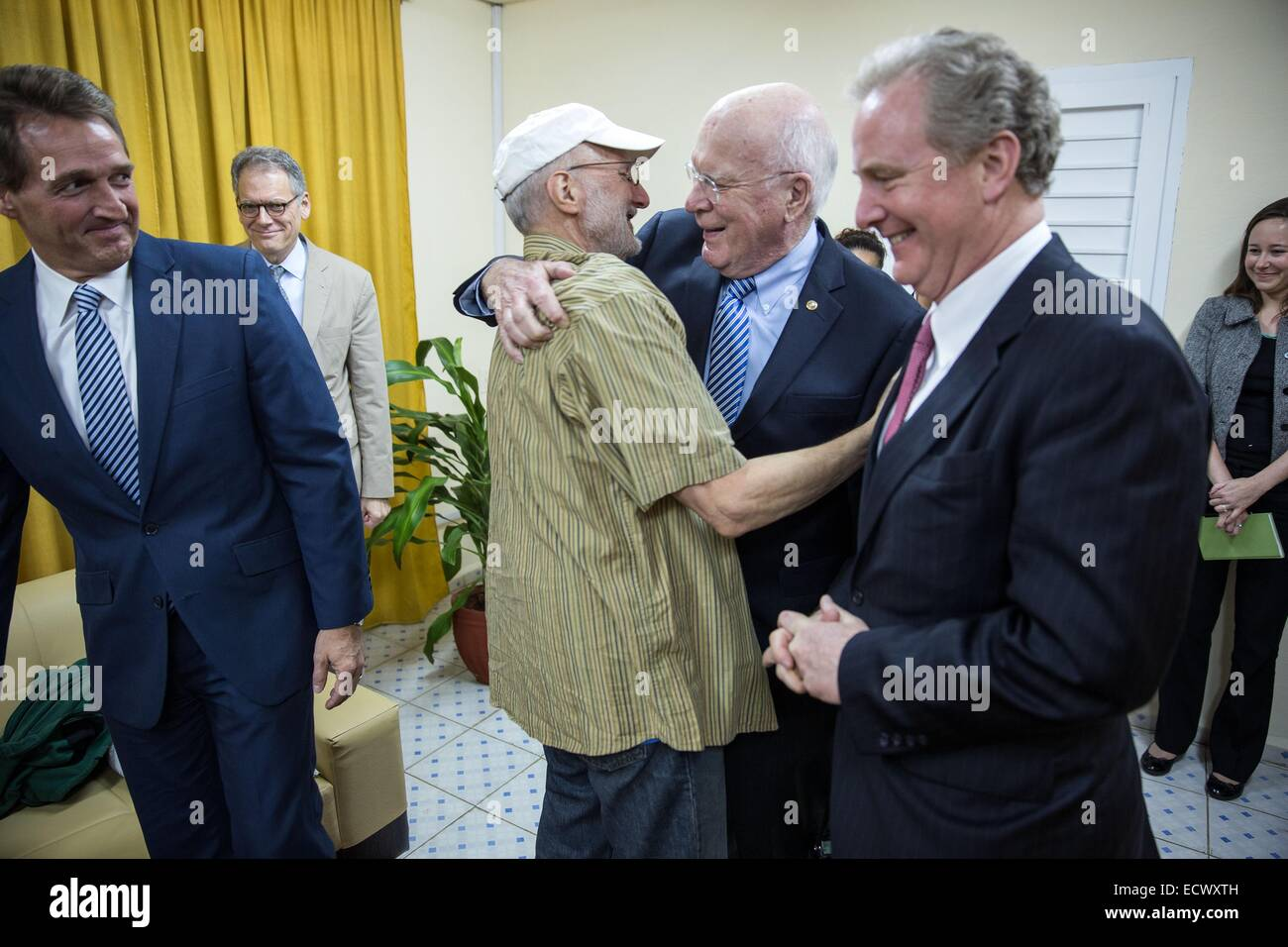 USAID contractor Alan Gross, imprisoned in Cuba for five years, greets Senators Patrick Leahy, Jeff Flake and Rep. - Stock Image
