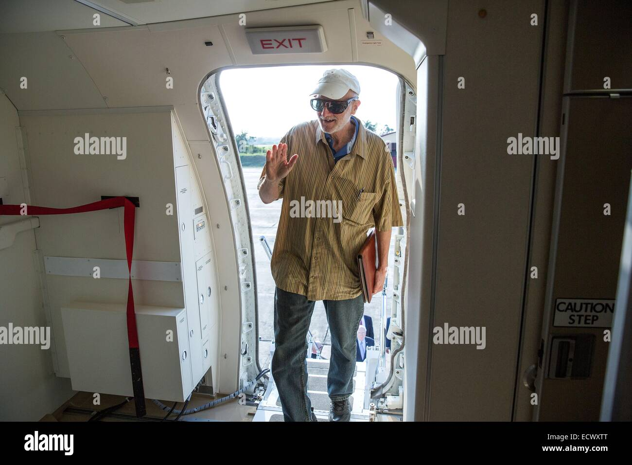 USAID contractor Alan Gross, imprisoned in Cuba for five years, waves as he boards a government airplane following Stock Photo