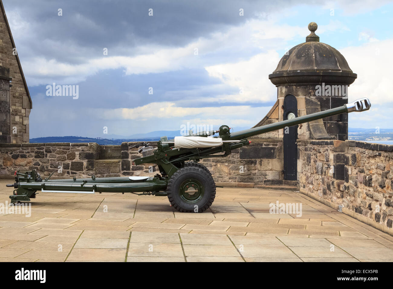 The famous Edinburgh cannon which shoots at one o'clock for correct time keeping at the castle - Stock Image