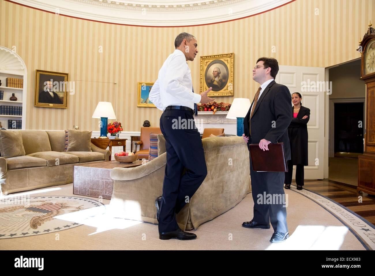 US President Barack Obama talks with Ricardo Zuniga, Senior Director for Western Hemisphere Affairs, after the President - Stock Image