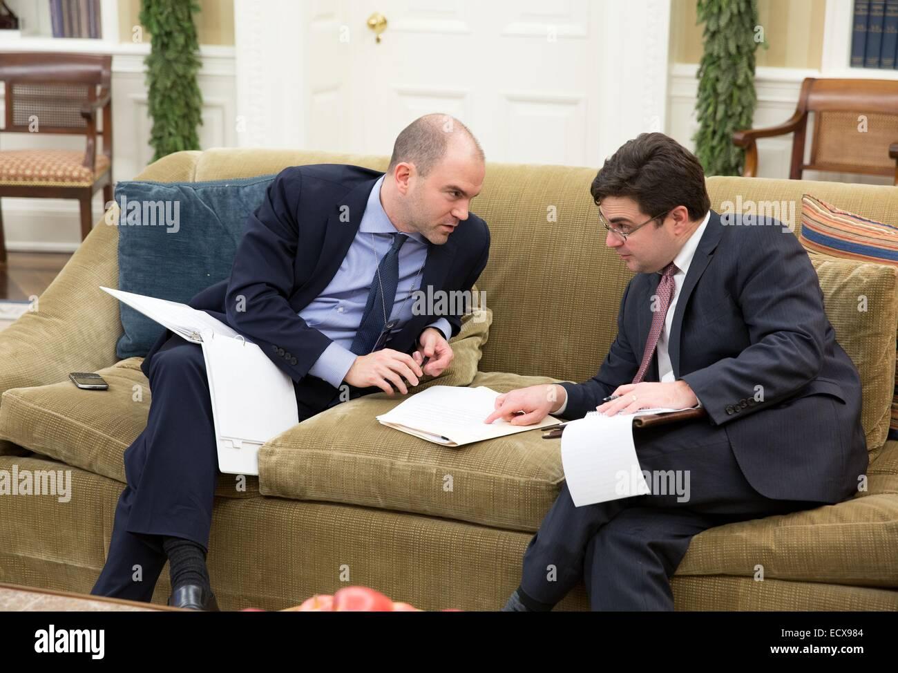 US Deputy National Security Advisor Ben Rhodes, left, confers with Ricardo Zuniga, National Security Council's - Stock Image