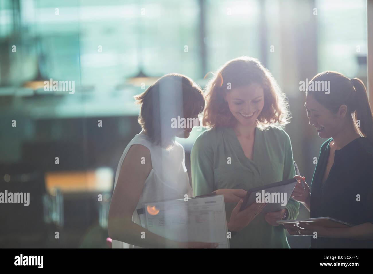 Businesswomen talking in office - Stock Image