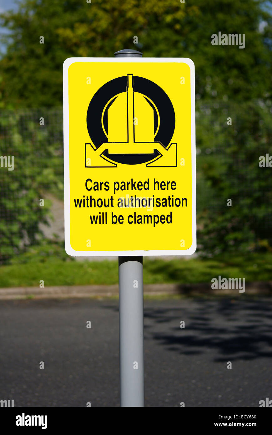 Wheel clamping sign in English - Stock Image