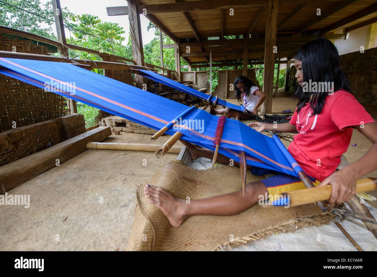 Girl weaving textiles, Sulawesi, Indonesia - Stock Image