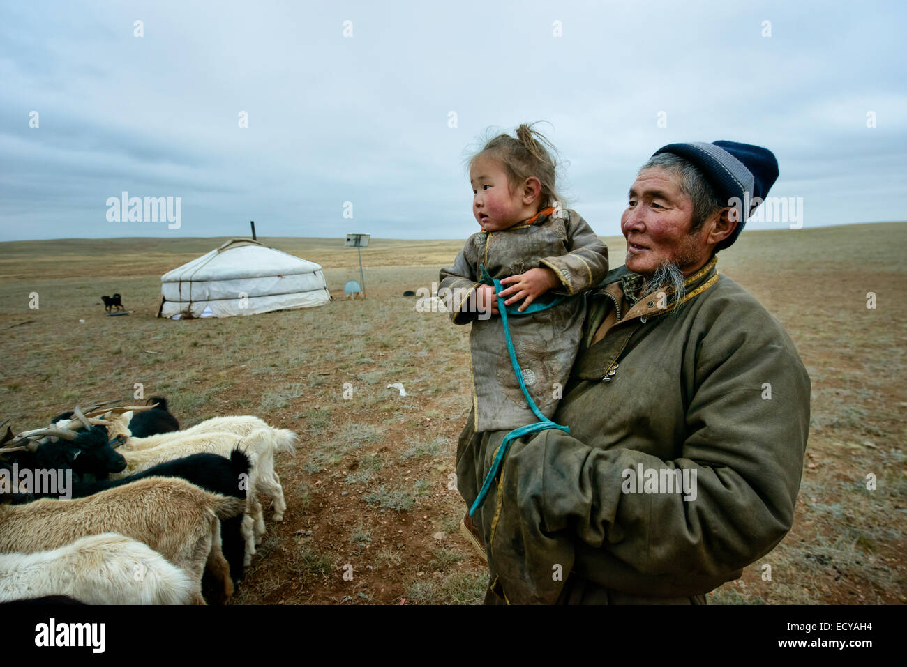 Grandfather and granddaughter on the Gobi desert, Mongolia - Stock Image