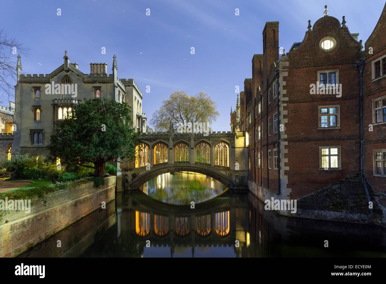 Bridge of Sighs St Johns College, Cambridge University at night - Stock Image