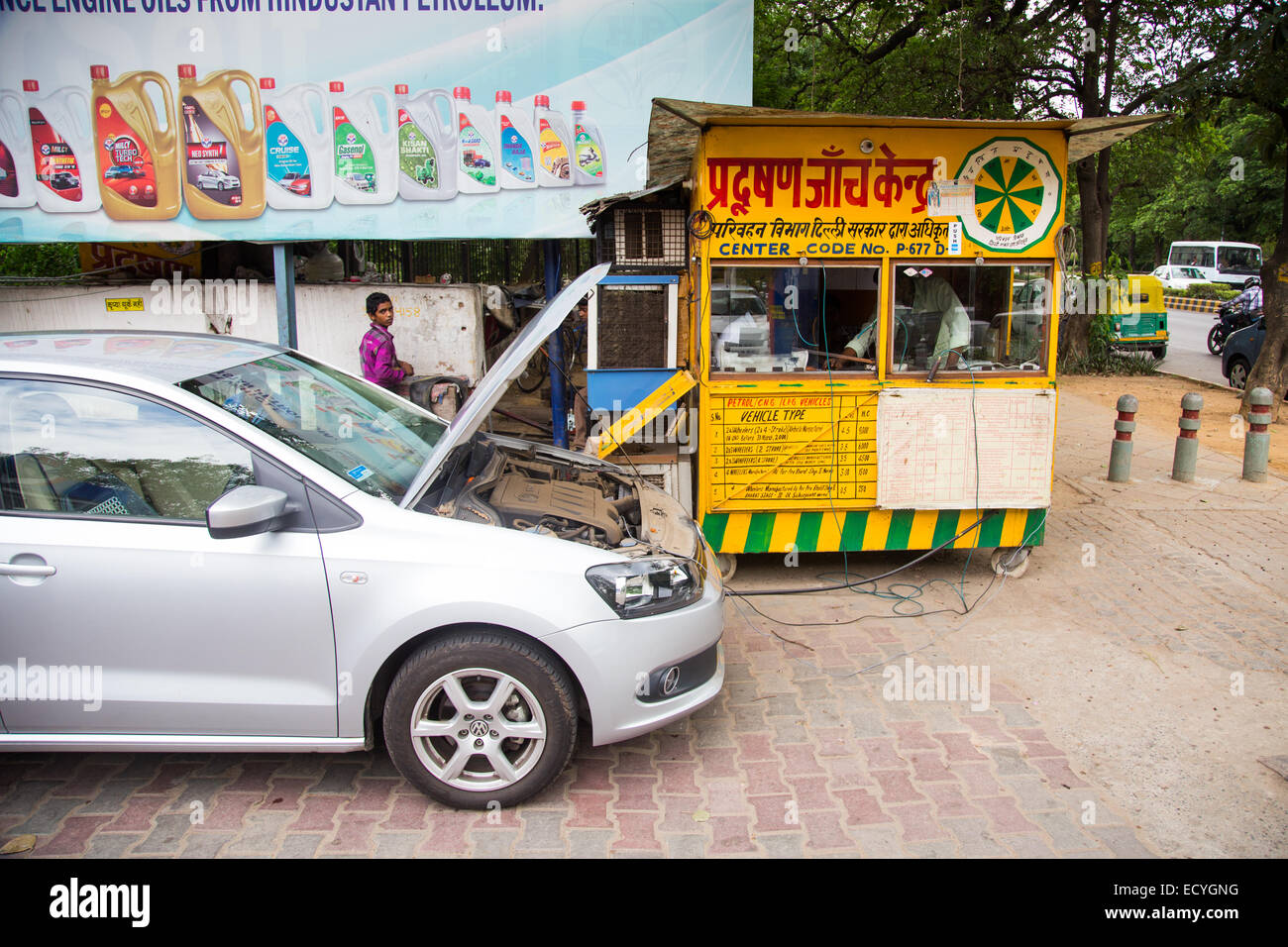 Emissions testing in Delhi, India - Stock Image