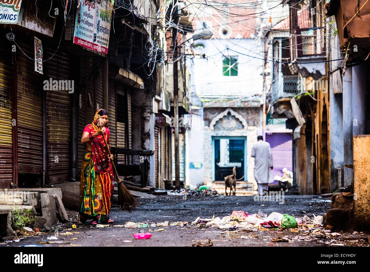 Woman sweeping rubbish in the old town in Bhopal, Madhya Pradesh, India - Stock Image