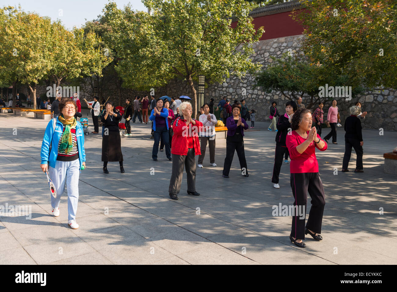 Elderly women dancing at a park in Xi'an, China - Stock Image