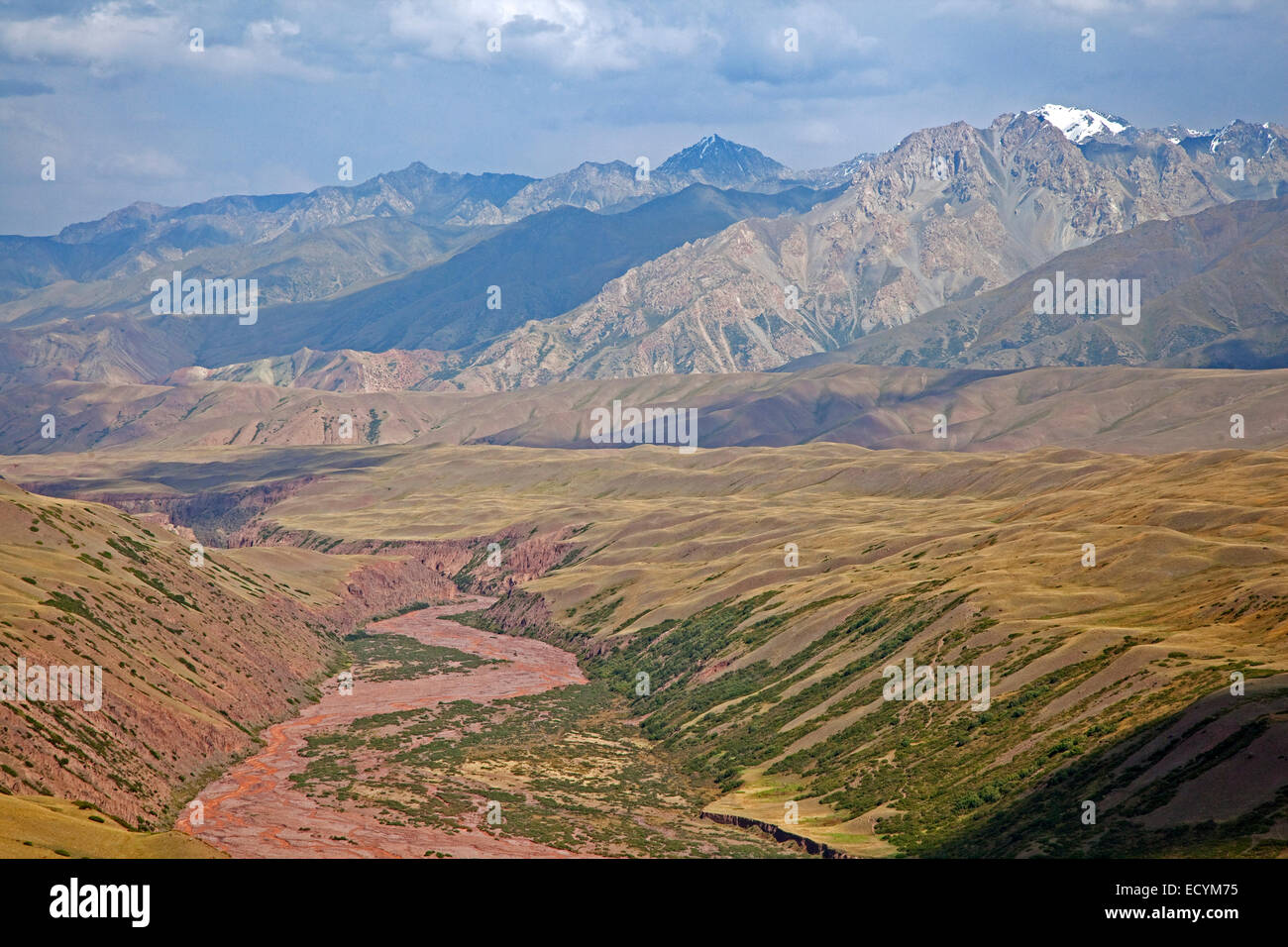 Riverbed and mountains along the Irkeshtam pass, border crossing between Kyrgyzstan and Xinjiang, China - Stock Image
