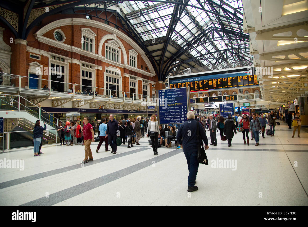 LONDON - OCTOBER 18TH: The interior of Liverpool street station on October 18th, 2014 in London, england, uk. Liverpool - Stock Image