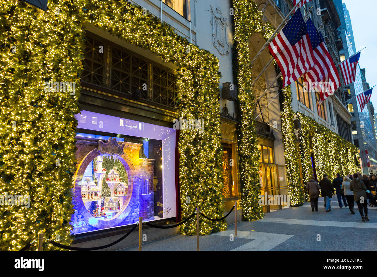 5th Avenue New York Shopping Holiday Stock Photos & 5th Avenue New ...
