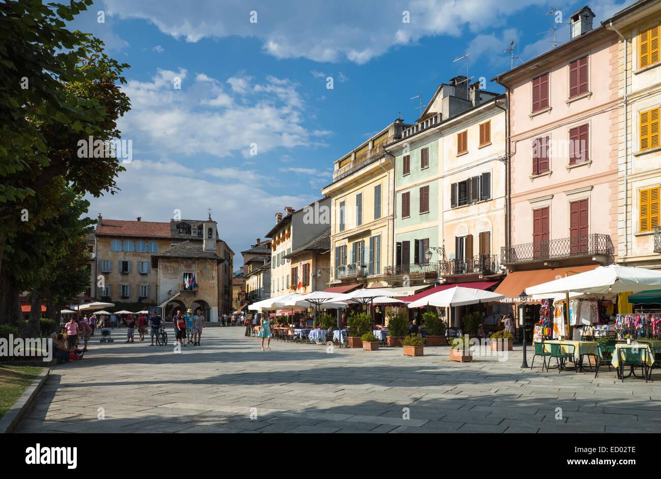 Italy, Piedmont, Lake Orta, Orta San Giulio, people in Motta square - Stock Image