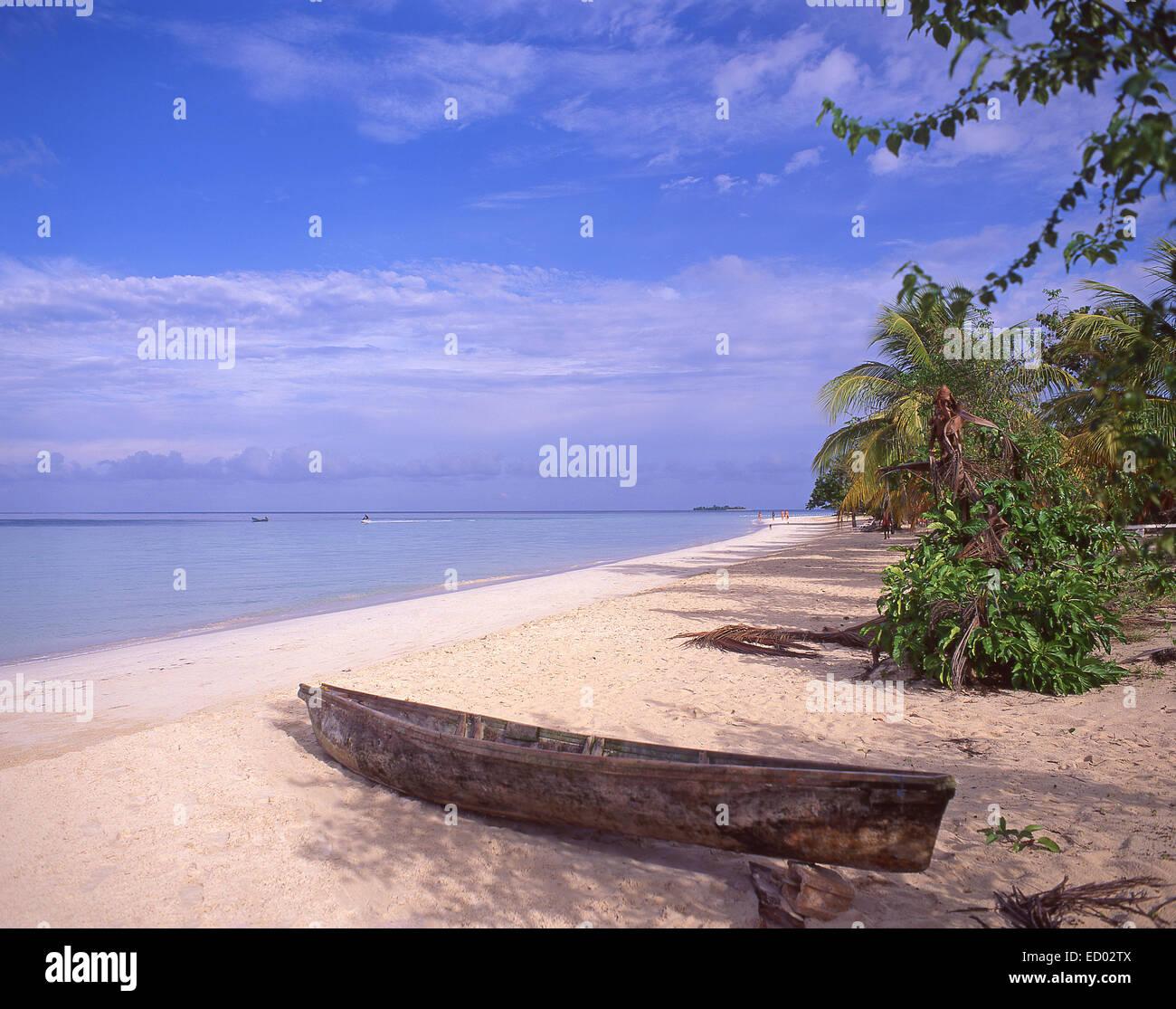 Dugout canoe on Negril Beach, Negril, Westmoreland Parish, Jamaica, Greater Antilles, Caribbean - Stock Image