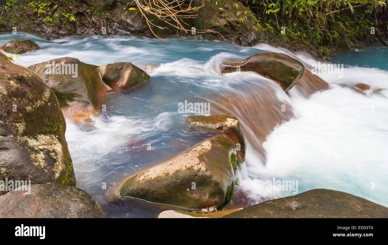 The cerulean blue waters of the Rio Celeste in Volcan Tenorio National Park, Costa Rica. - Stock Image