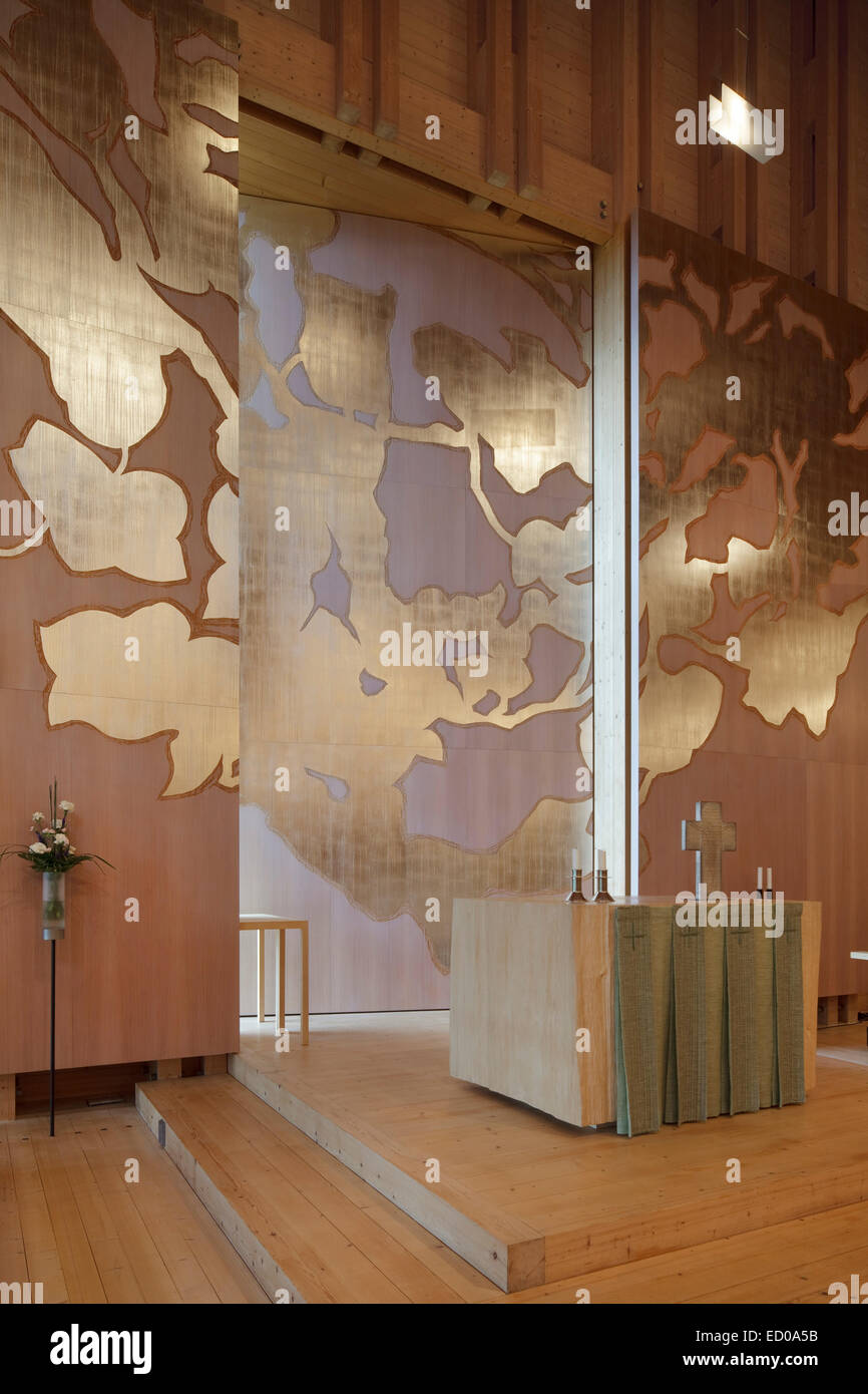 Viikki Church, Helsinki, Finland. Architect: JKMM Architects, 2005. Elaman puu (Tree of life) altarpiece in mahogany - Stock Image