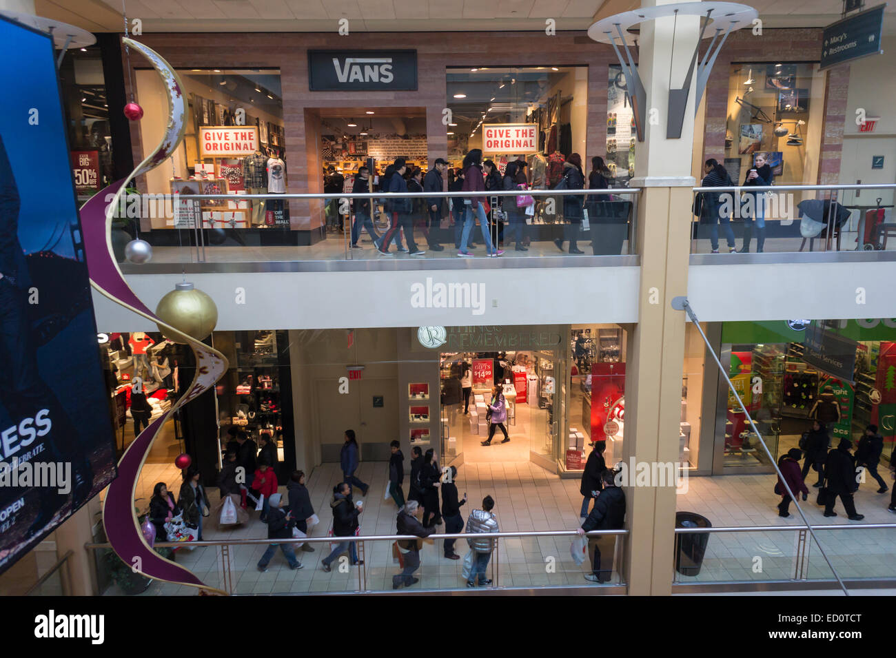 8d1bd9a5a9 Crowds of last minute shoppers pack the Queens Center mall in the borough  of Queens in