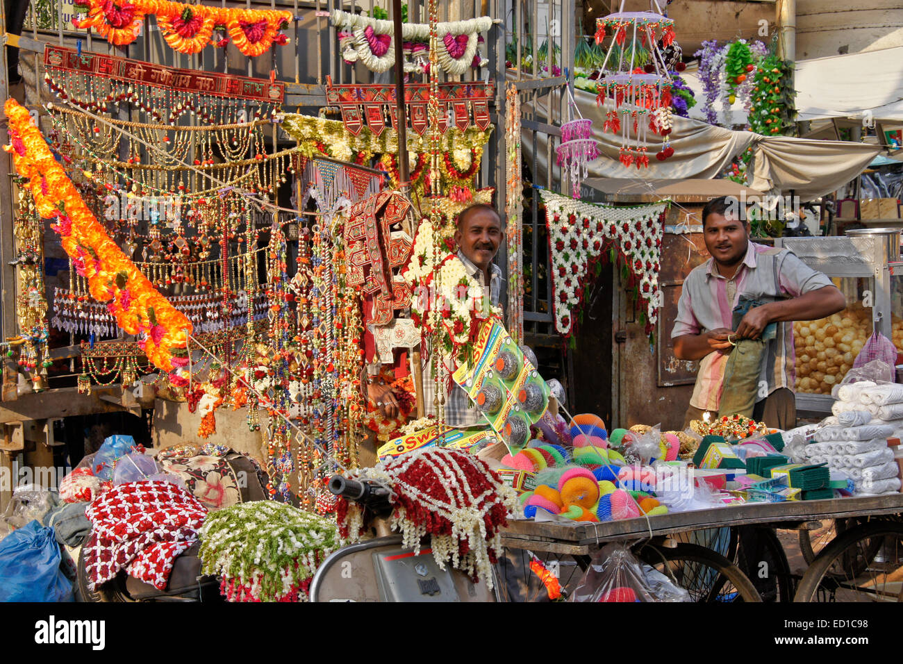 Street vendors in Old Ahmedabad, Gujarat, India - Stock Image
