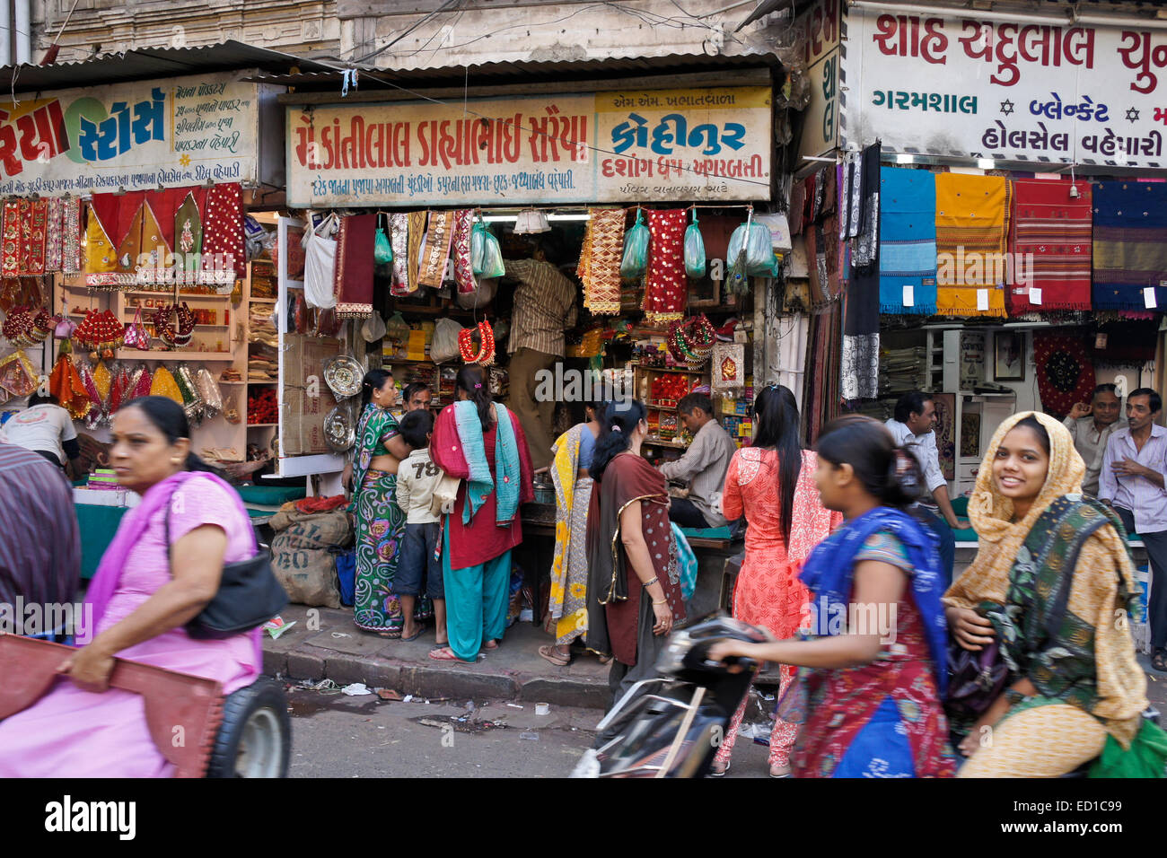 Crowded market area in Old Ahmedabad, Gujarat, India - Stock Image