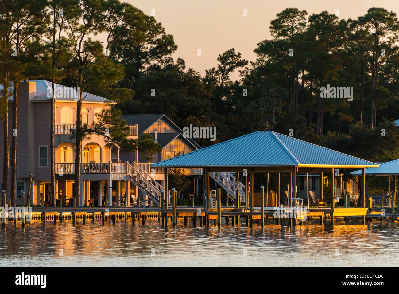 Homes along Wolf Bay near Cetacean Cruises dock, Orange Beach, Alabama. - Stock Image