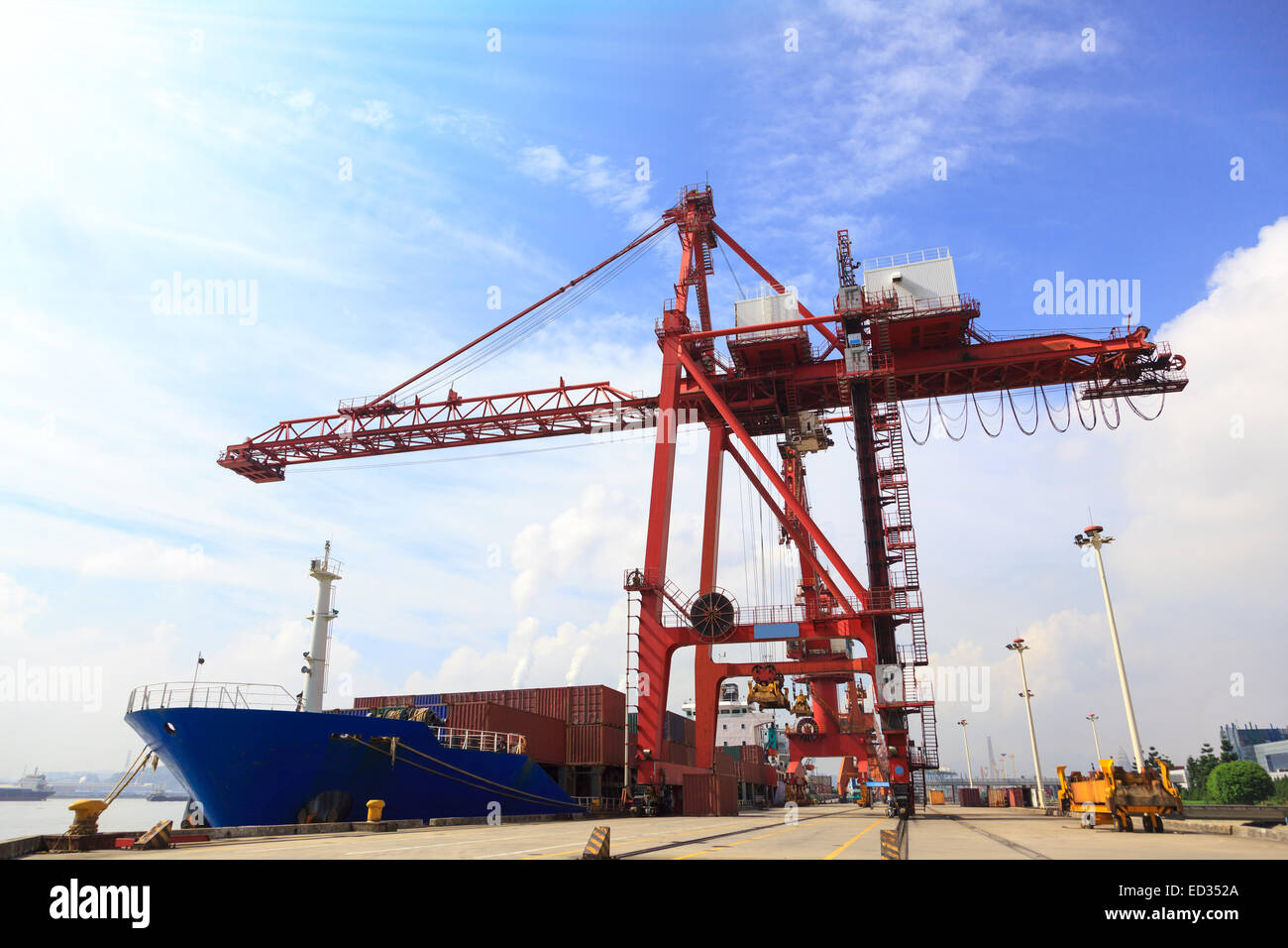 Harbor Freight Gantry Crane >> Moored Container Ship And Gantry Crane Loading Cargo In Mawei Stock