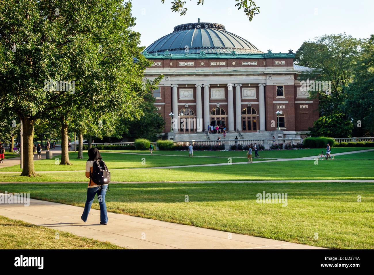 Illinois Urbana-Champaign University of Illinois campus Muslim wearing hijab scarf student woman teen girl Foellinger - Stock Image