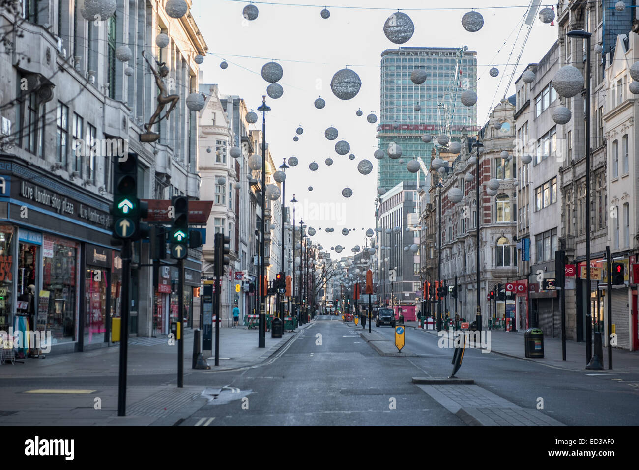 London, UK. 25th Dec, 2014. Oxford Street in London on early Christmas morning. Credit:  Piero Cruciatti/Alamy Live - Stock Image