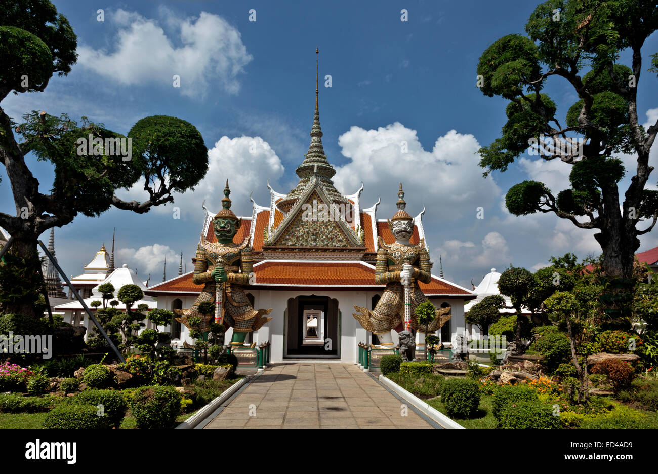 THAILAND - Carefully pruned trees and bushes and the Sahat Decha (White Stone Giant) and Thotsakan (Green Giant) - Stock Image
