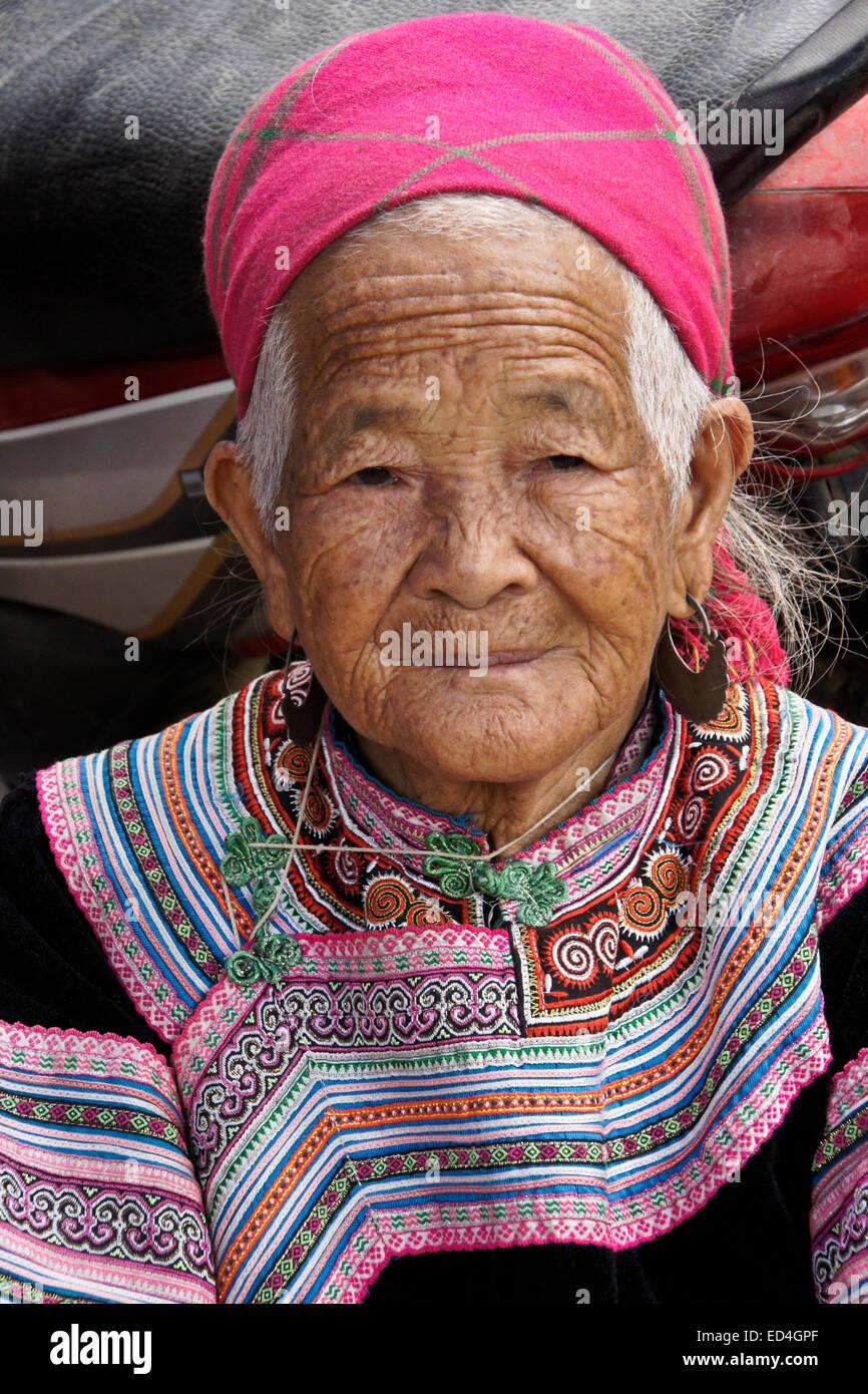 Old Flower Hmong woman, Nam Luc, Sapa (Sa Pa), Vietnam - Stock Image