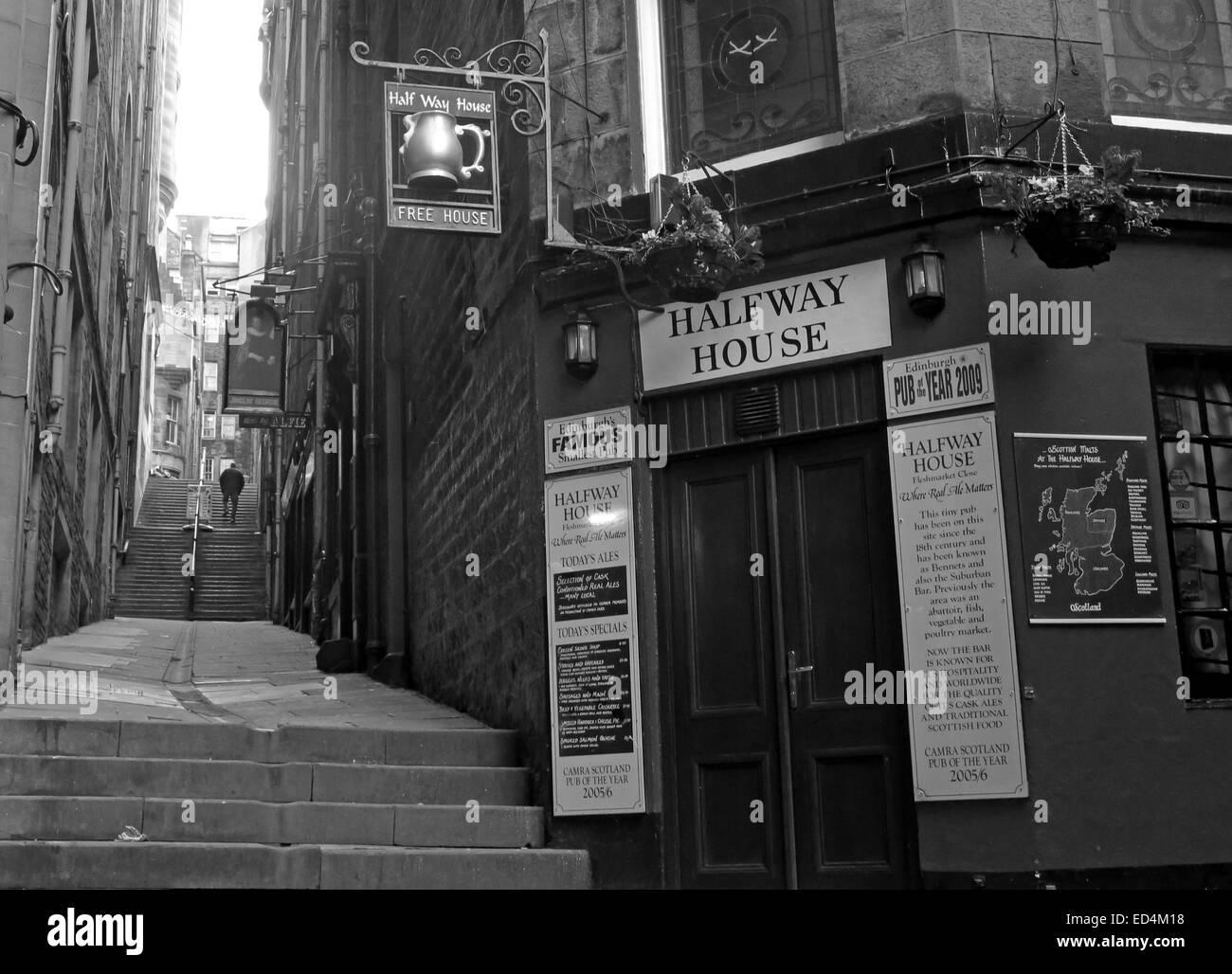 Halfway House Pub, Fleshmarket Close, Edinburgh City, Scotland, UK in Monochrome Stock Photo