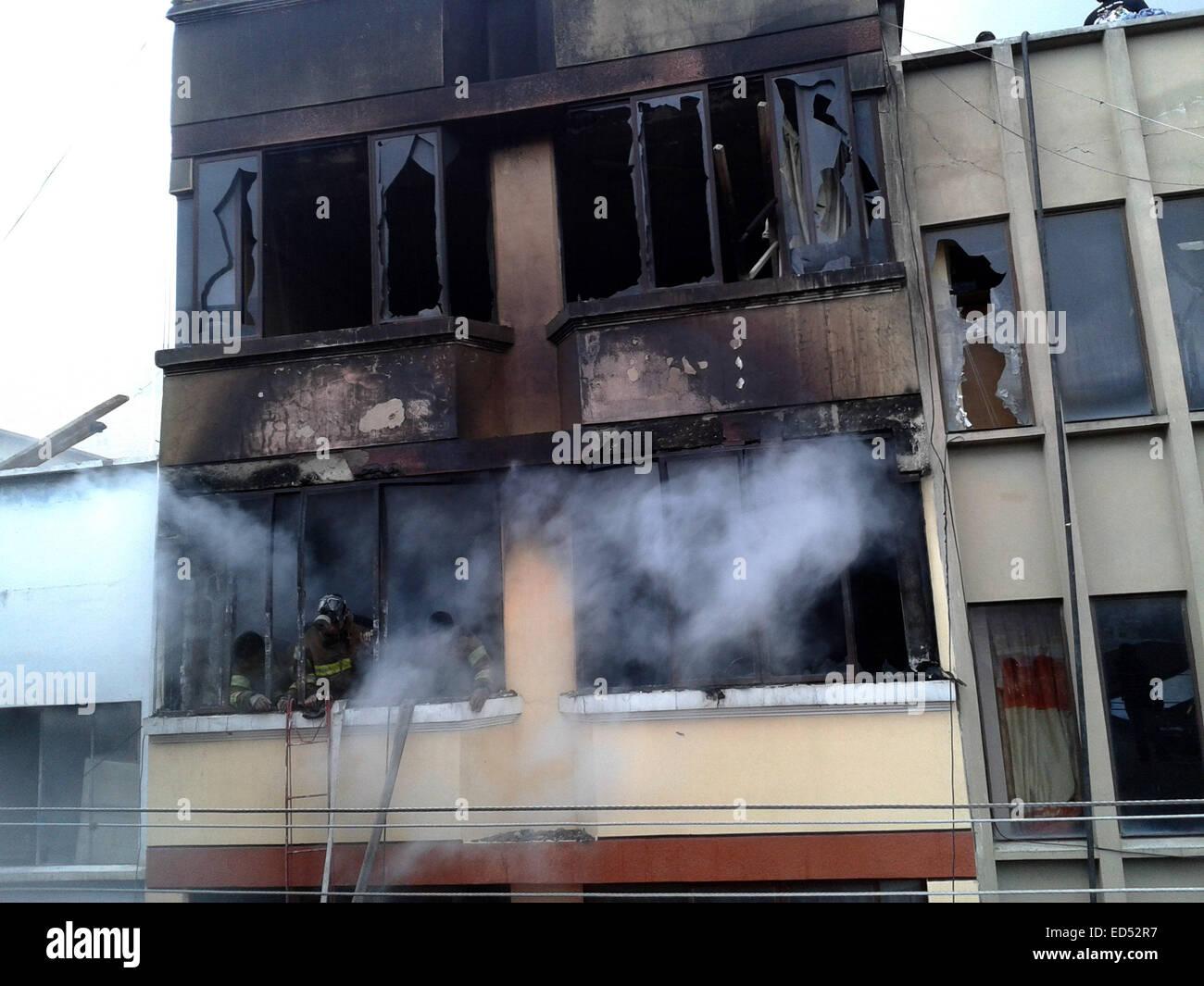 La Paz. 27th Dec, 2014. Photo taken on Dec. 27, 2014 shows the facade of a building caught on fire in La Paz, Bolivia. - Stock Image